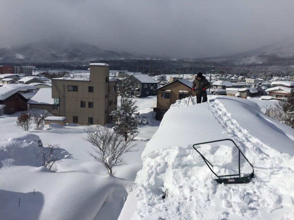 信濃町でのしべり止めが無い屋根を雪下ろし