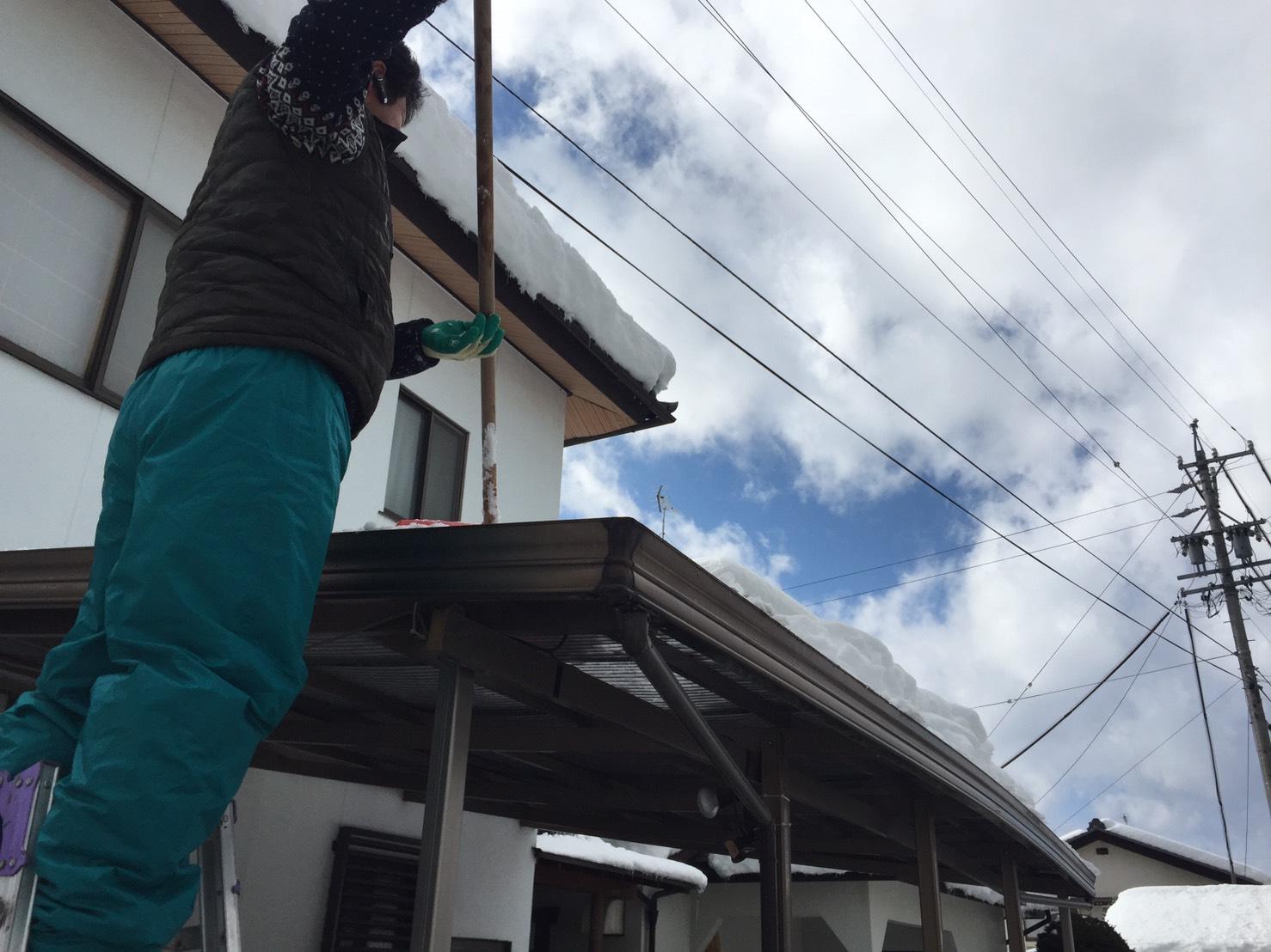 カーポートの雪下ろし作業