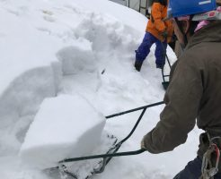 野沢温泉村の民家の雪下ろし2