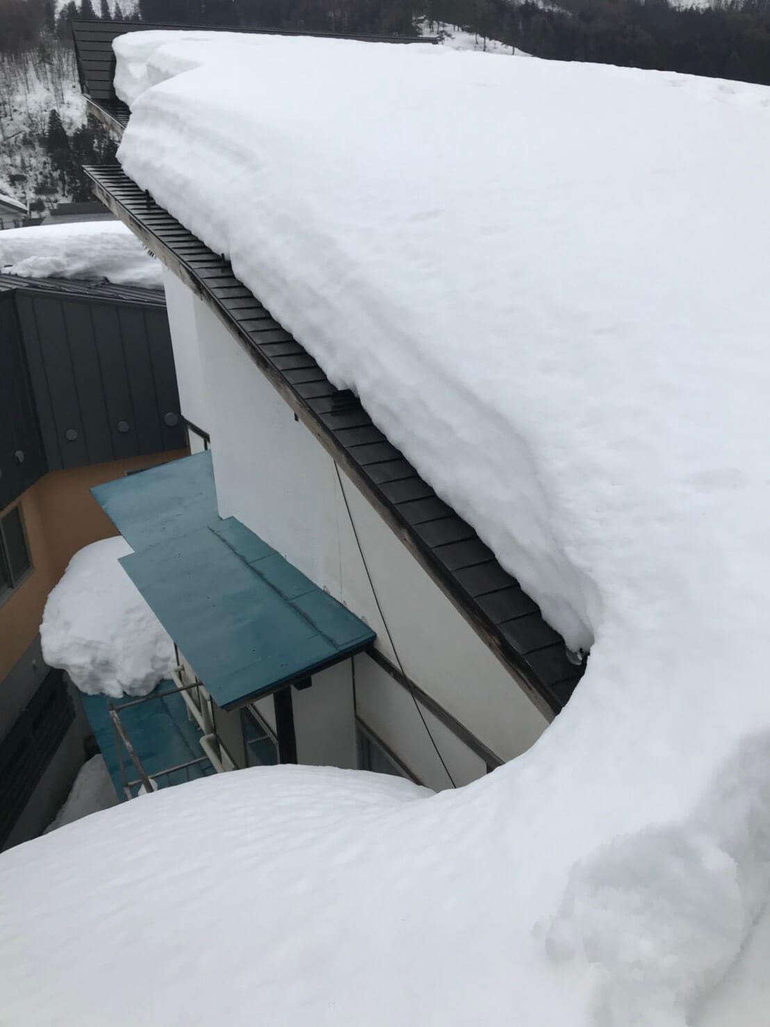 野沢温泉村の民家の雪下ろし1